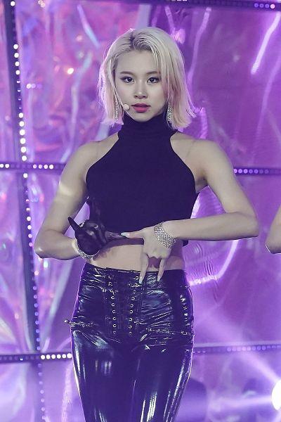 Tags: K-Pop, Twice, Son Chaeyoung, Purple Background, Sleeveless, Black Gloves, Gloves, Sleeveless Shirt, Bracelet, Midriff, Leather Pants, Bare Shoulders