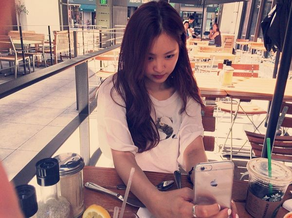 Tags: K-Pop, Apink, Son Na-eun, Smartphone, Phone, Chair, Table