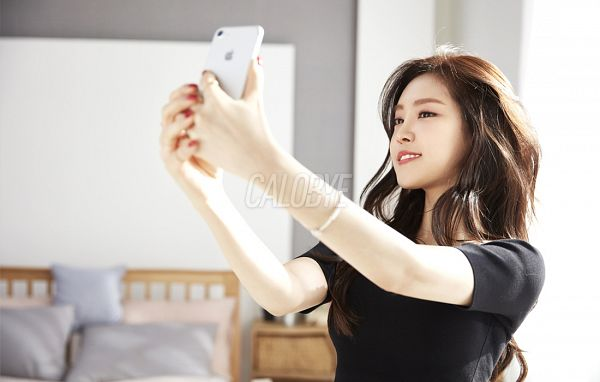 Tags: K-Pop, Apink, Son Na-eun, Black Eyes, Grin, Smartphone, Bracelet, Red Lips, Phone, Calobye