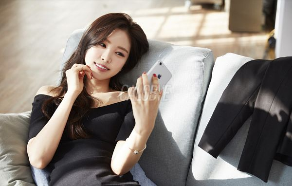 Tags: K-Pop, Apink, Son Na-eun, Bracelet, Black Eyes, Smartphone, Laying On Back, Nail Polish, Grin, Phone, Red Lips, Laying Down