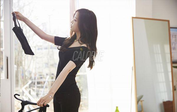 Tags: K-Pop, Apink, Son Na-eun, Black Eyes, Bracelet, Glass, Black Pants, Ring, Red Lips, Mirror, Calobye