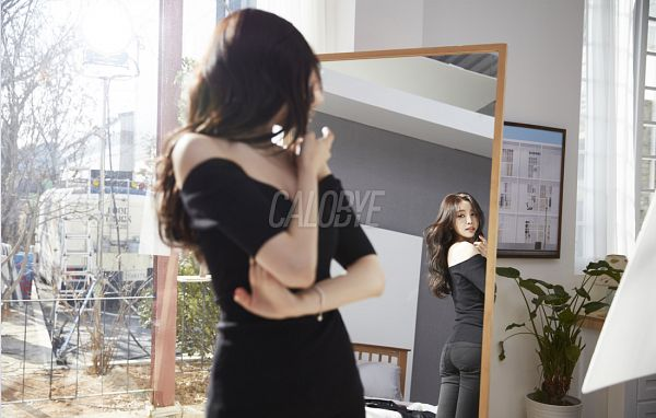 Tags: K-Pop, Apink, Son Na-eun, Black Eyes, Black Pants, Reflection, Bracelet, Red Lips, Looking At Reflection, Calobye