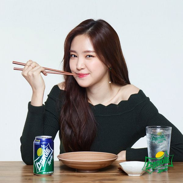 Tags: K-Pop, Apink, Son Na-eun, Red Lips, Bare Shoulders, Gray Background, Cup, Black Shirt, Chopsticks, Stick, Glass (Cup), Sprite