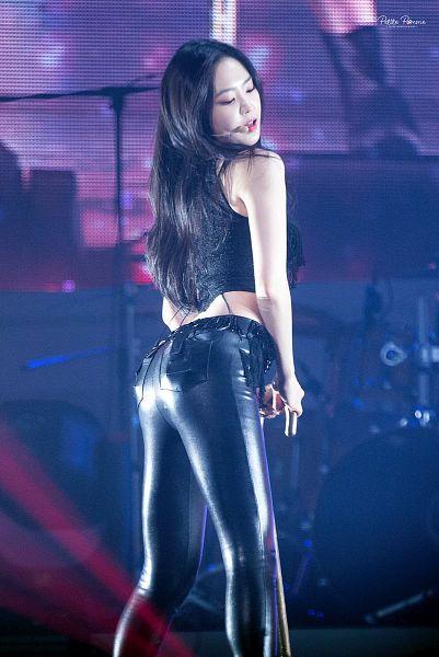 Tags: K-Pop, Apink, Son Na-eun, Eyes Closed, Bare Shoulders, Sleeveless, Looking Back, Midriff, Leather Pants, Back, Black Pants, Sleeveless Shirt