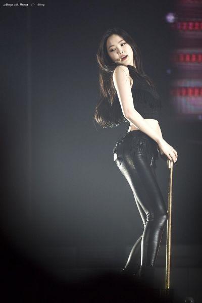 Tags: K-Pop, Apink, Son Na-eun, Black Pants, Sleeveless Shirt, Cane, Looking Away, Stick, Looking Down, Sleeveless, Bare Shoulders, Midriff