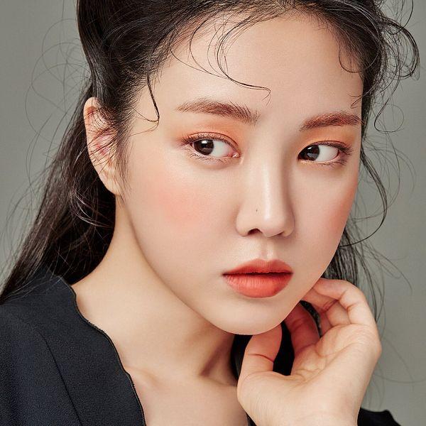 Tags: K-Pop, Apink, Son Na-eun, Hand On Head, Looking Back, Mole, Eyeshadow, Hand On Cheek, Serious, Red Lips, Facial Mark, Make Up