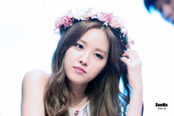Tags: K-Pop, Apink, Son Na-eun, Hair Ornament, White Background, Flower Crown, Hair Flower, Crown, Hand In Hair, Flower, Looking Ahead, Light Background