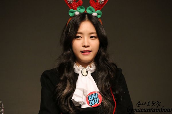 Tags: K-Pop, Apink, Son Na-eun, Christmas, Animal Ears, White Neckwear, Looking Away, Christmas Hat, Hat, Brown Background, Tongue, Wallpaper