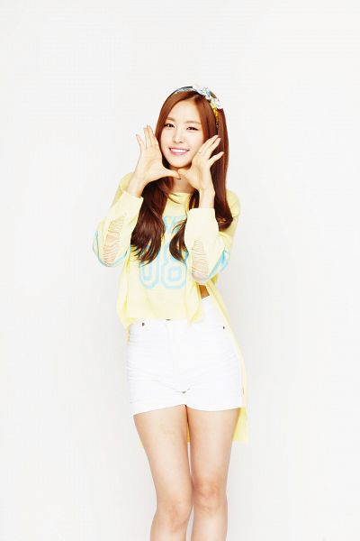 Tags: K-Pop, Apink, Son Na-eun, Light Background, Bare Legs, White Background, White Shorts, Shorts, Yellow Shirt, Hairband, Android/iPhone Wallpaper