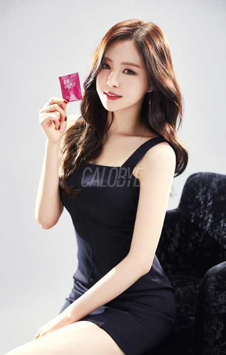Tags: K-Pop, Apink, Son Na-eun, Chair, Sleeveless Dress, Armchair, Nail Polish, Black Outfit, Bare Shoulders, Red Lips, Black Dress, Gray Background