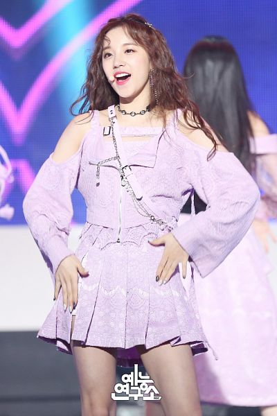 Tags: K-Pop, Television Show, (G)-I-DLE, LATATA, Song Yuqi, Skirt, Choker, Purple Skirt, Close Up, Stage, Korean Text, Wavy Hair