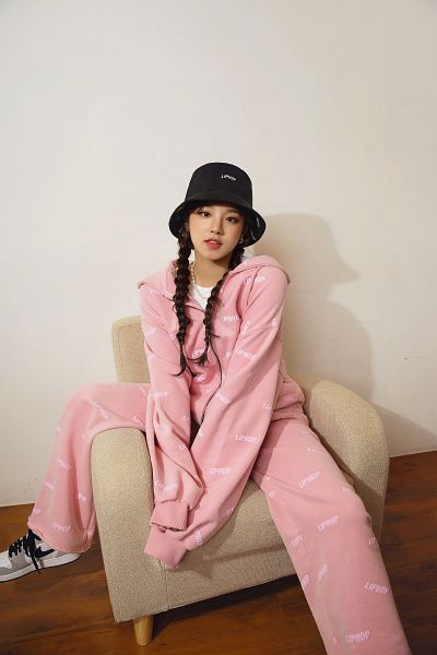 Tags: K-Pop, (G)-I-DLE, Song Yuqi, Jumpsuit, Hat, Pink Pants, Shadow, Pink Shirt