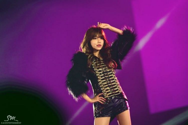 Tags: K-Pop, Girls' Generation, Sooyoung, Hand On Head, Purple Background, Spotlight, Black Jacket, Hand On Hip, Tokyo Dome, Live Performance