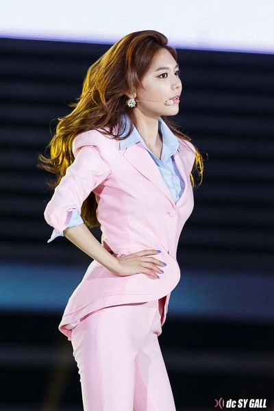 Tags: K-Pop, Girls' Generation, Sooyoung, Pink Pants, Hand On Hip, Pink Jacket, Blue Shirt, Side View, Dream Concert