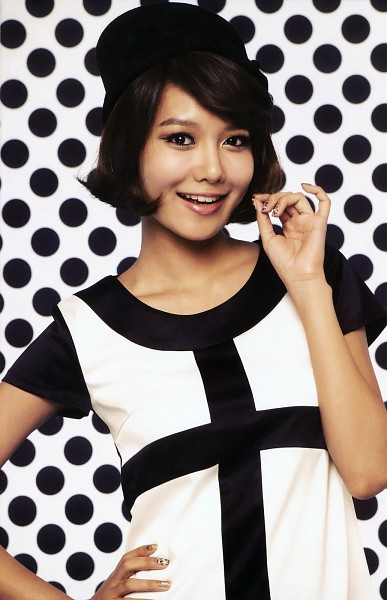 Tags: K-Pop, Girls' Generation, HOOT, Sooyoung, Medium Hair, Spotted Background, White Outfit, Collarbone, Hat, Nail Polish, Light Background, White Background
