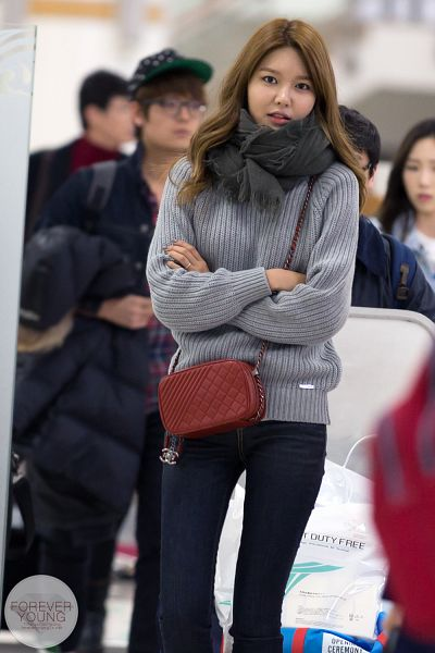 Tags: K-Pop, Girls' Generation, Sooyoung, Black Neckwear, Gray Shirt, Crossed Arms, Sweater, Jeans, Bag, Airport, Scarf, Foreveryoung