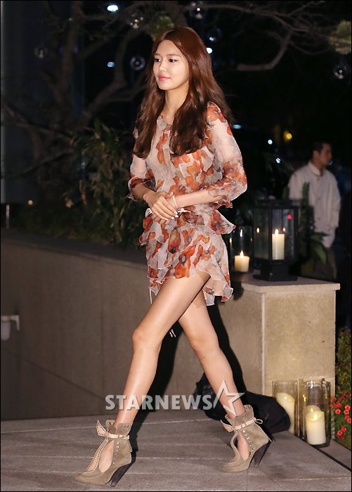 Tags: K-Pop, Girls' Generation, Sooyoung, Walking, Brown Footwear, Brown Dress, High Heeled Boots, Brown Outfit, Raum
