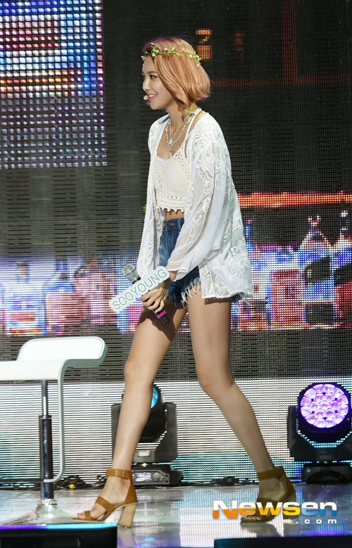 Tags: K-Pop, Girls' Generation, Sooyoung, High Heels, Brown Footwear, Medium Hair, Flower, Looking Ahead, Hair Flower, Shorts, White Outerwear, Walking