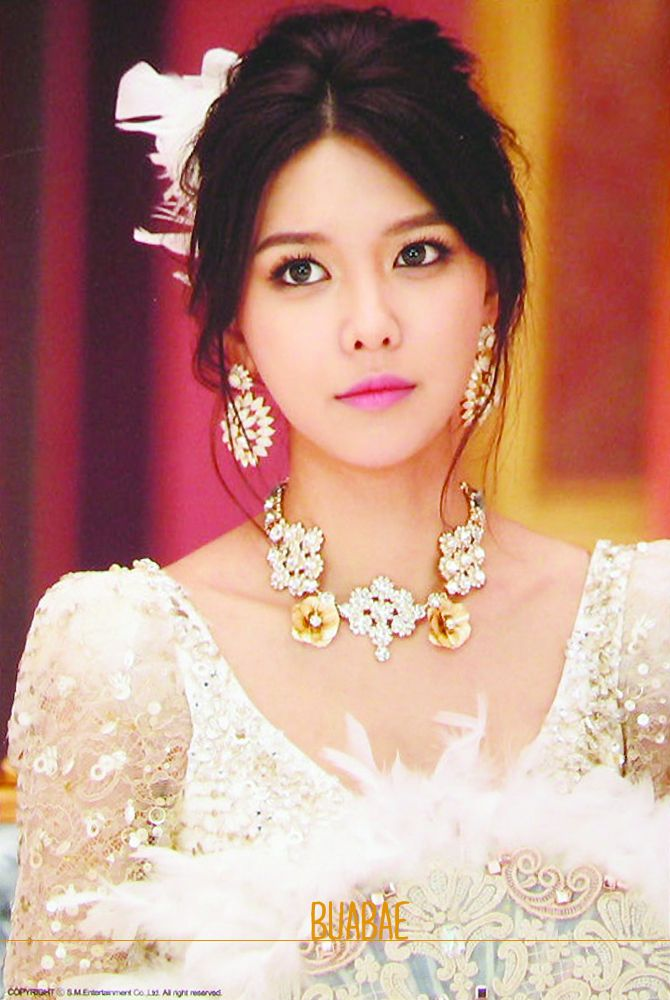 Tags: K-Pop, Girls' Generation, Mr.Mr., Sooyoung, White Dress, Looking Up, Necklace, Collarbone, White Headwear, White Outfit, Fan, Hair Up