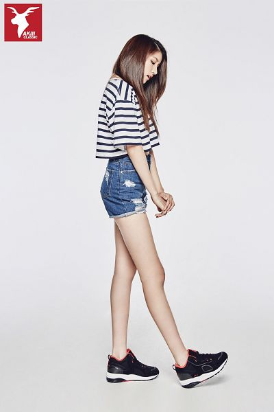 Tags: K-Pop, G-friend, Sowon, Shorts, Looking Ahead, Sneakers, Jeans, Looking Down, Striped Shirt, Denim Shorts, Gray Background, Full Body