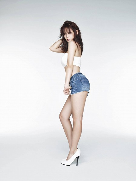 Tags: Starship Entertainment, K-Pop, Sistar, Touch My Body (Song), Soyou, White Background, Bare Legs, Denim Shorts, Side View, Bare Back, Midriff, Shorts