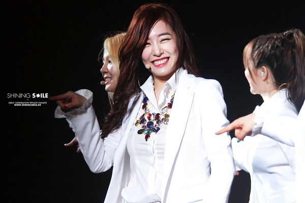 Tags: Girls' Generation, Stephanie Young Hwang, Black Background, White Outfit, Jacket, White Jacket, Eyes Closed, Shining Smile, Hec Korea, Wallpaper
