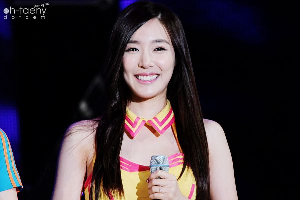 Tags: K-Pop, Girls' Generation, Stephanie Young Hwang, Sleeveless Dress, Dark Background, Sleeveless, Yellow Outfit, Black Background, Bare Shoulders, Yellow Dress, Oh-taeny