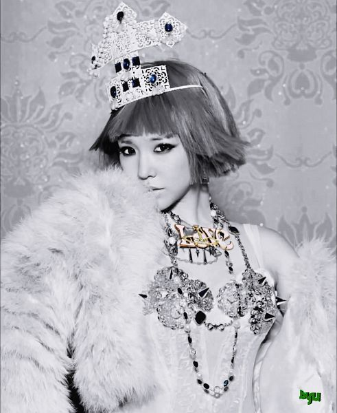 Tags: K-Pop, Girls' Generation, Stephanie Young Hwang, Gray Hair, Crown, Black Eyes, Necklace, Medium Hair, Fanart
