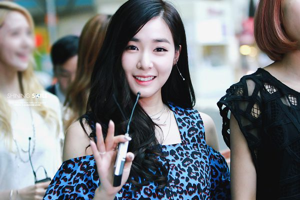 Tags: K-Pop, Girls' Generation, Stephanie Young Hwang, Leopard Print, Bare Shoulders, Wave, Blue Shirt, Wallpaper, Shining Smile