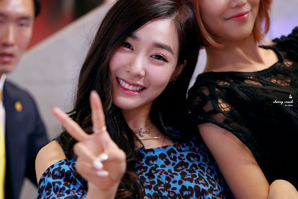 Tags: K-Pop, Girls' Generation, Stephanie Young Hwang, Leopard Print, V Gesture, Bare Shoulders, Blue Shirt, Cherry Crush