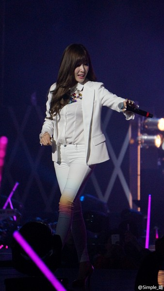 Tags: Girls' Generation, Stephanie Young Hwang, White Jacket, White Pants, Wave, Onstage, Microphone, Android/iPhone Wallpaper