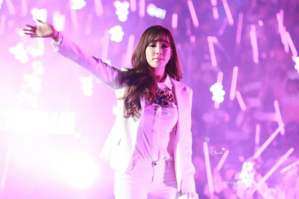 Tags: K-Pop, Girls' Generation, Stephanie Young Hwang, White Jacket, Stick, White Pants, Wavy Hair, Lightstick, Wave, Pink Background, Necklace, Eyes Half Closed