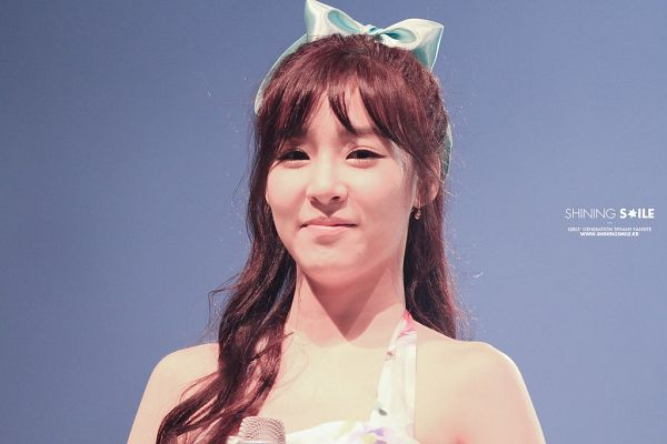 Tags: K-Pop, Girls' Generation, Stephanie Young Hwang, Bare Shoulders, Bow, Microphone, Hair Bow, Gray Background, Blue Bow, Shining Smile