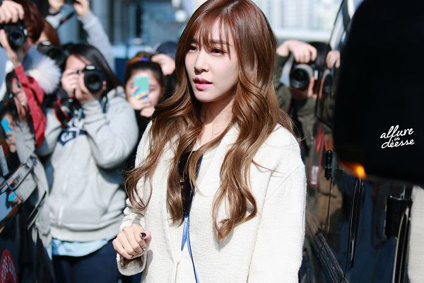 Tags: K-Pop, Girls' Generation, Stephanie Young Hwang, Outdoors, White Outerwear, Wavy Hair, White Jacket, Wallpaper, Allure In Deesse