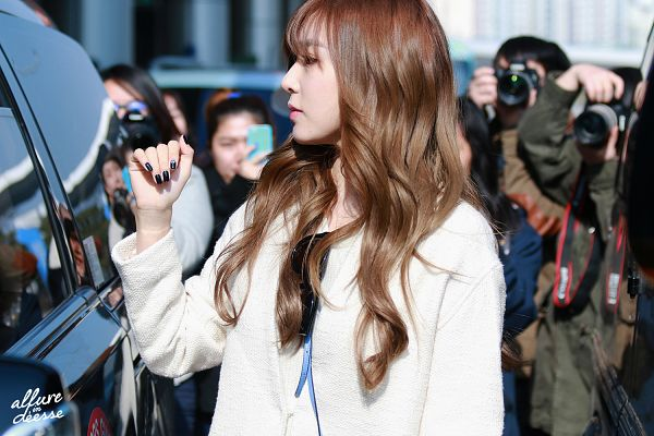 Tags: K-Pop, Girls' Generation, Stephanie Young Hwang, White Jacket, Side View, Nail Polish, Outdoors, Wavy Hair, White Outerwear, Make Up, Looking Ahead, Allure In Deesse