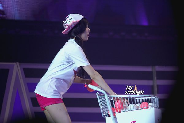 Tags: K-Pop, Girls' Generation, Stephanie Young Hwang, Ball, Side View, Shopping Cart, Pink Shorts, Wallpaper