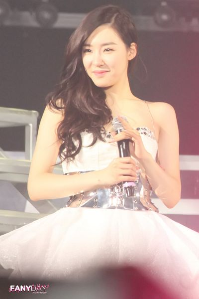 Tags: K-Pop, Girls' Generation, Stephanie Young Hwang, Looking Away, Sleeveless Dress, Sleeveless, Close Up, Wavy Hair, White Dress, Belt, Bare Shoulders, Fanyday