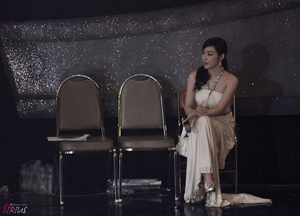 Tags: Girls' Generation, Stephanie Young Hwang, Sitting On Chair, Crossed Legs, Looking Away, Full Body, Sitting, White Dress, Golden Disk Awards