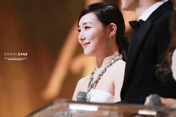 Tags: K-Pop, Girls' Generation, Stephanie Young Hwang, White Outfit, Sleeveless Dress, White Dress, Looking Ahead, Sleeveless, Brown Background, Bare Shoulders, Golden Disc Awards, Shining Smile