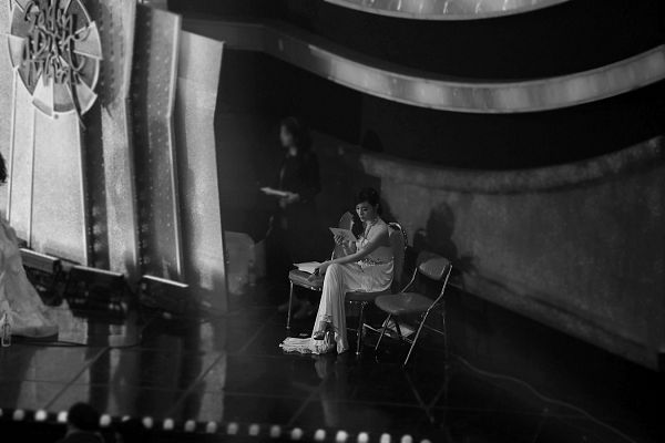 Tags: K-Pop, Girls' Generation, Stephanie Young Hwang, White Dress, Monochrome, Crossed Legs, Sitting On Chair, Bare Shoulders, Looking Away, Sleeveless, From Above, White Outfit