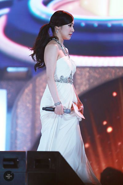 Tags: K-Pop, Girls' Generation, Stephanie Young Hwang, Ponytail, Necklace, Holding Skirt, Side View, Skirt, Sleeveless Dress, White Dress, Looking Ahead, Sleeveless
