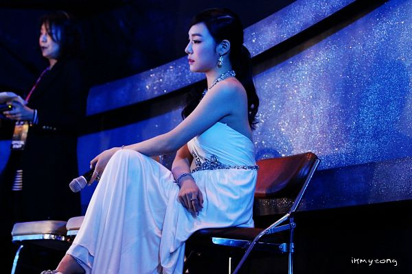 Tags: K-Pop, Girls' Generation, Stephanie Young Hwang, Ponytail, Arm On Knee, Necklace, Back, Side View, Bare Shoulders, Bracelet, Looking Down, White Dress