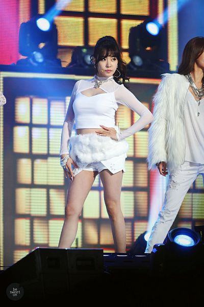 Tags: Seoul Music Awards, K-Pop, Girls' Generation, I Got A Boy, Stephanie Young Hwang, Midriff, Bracelet, White Shorts, Looking Away, White Pants, Hand On Hip, Bare Legs