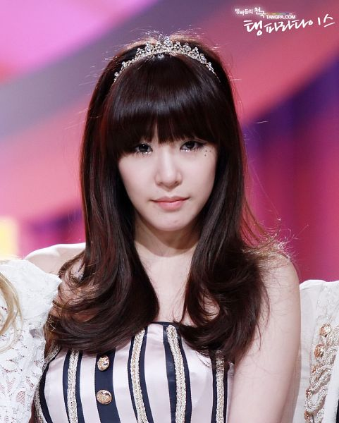 Tags: K-Pop, Girls' Generation, Stephanie Young Hwang, Kim Tae-yeon, White Outfit, Tiara, Striped Dress, White Dress, Crown, Striped, Sleeveless, Pink Background