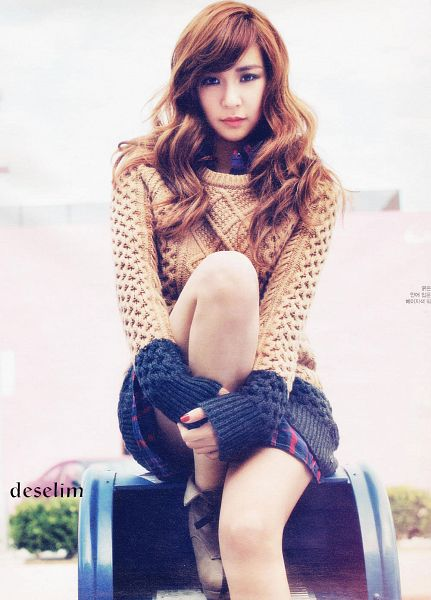 Tags: K-Pop, Girls' Generation, Stephanie Young Hwang, Black Skirt, Wavy Hair, Brown Shirt, Light Background, Checkered, Skirt, Sweater, White Background, Brown Footwear
