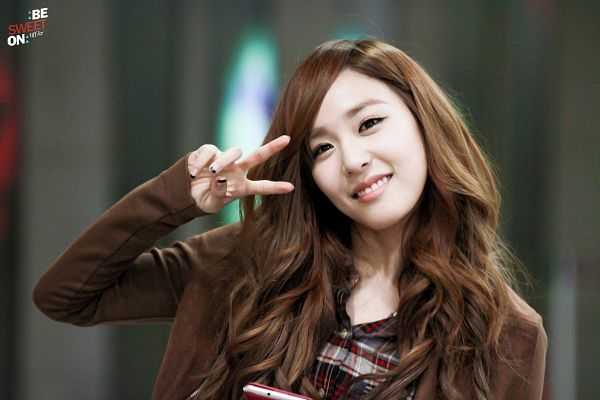 Tags: K-Pop, Girls' Generation, Stephanie Young Hwang, Brown Outerwear, Checkered, Wavy Hair, Checkered Shirt, V Gesture, Gray Shirt, Be Sweet On