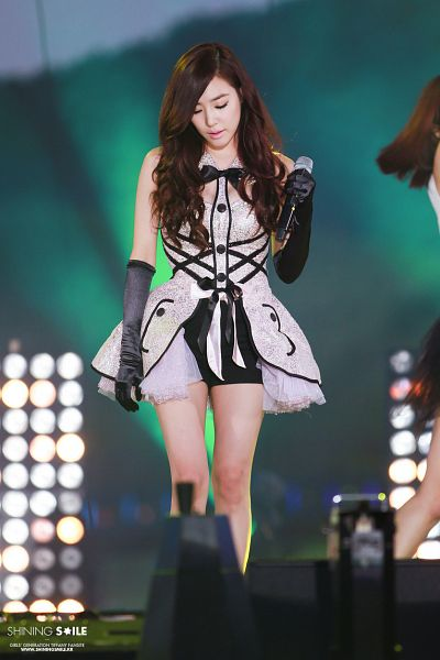 Tags: K-Pop, Girls' Generation, Stephanie Young Hwang, Collar (Clothes), Gray Outfit, Shorts, Sleeveless Dress, Detached Collar, Gloves, Black Shorts, Sleeveless, Silver Dress