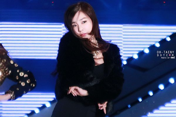 Tags: K-Pop, Girls' Generation, I Got A Boy, Stephanie Young Hwang, Looking Away, Black Shorts, Necklace, Striped Background, Crossed Arms, Black Jacket, Oh-taeny, Gaon Chart K-Pop Awards