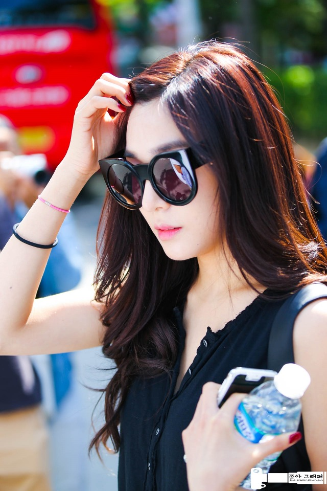 Tags: SM Town, K-Pop, Girls' Generation, Stephanie Young Hwang, Glasses, Sunglasses, Bottle, Black Shirt, Bracelet