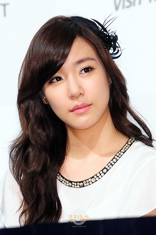 Tags: K-Pop, Girls' Generation, Stephanie Young Hwang, Light Background, White Background, Looking Away, Black Headwear